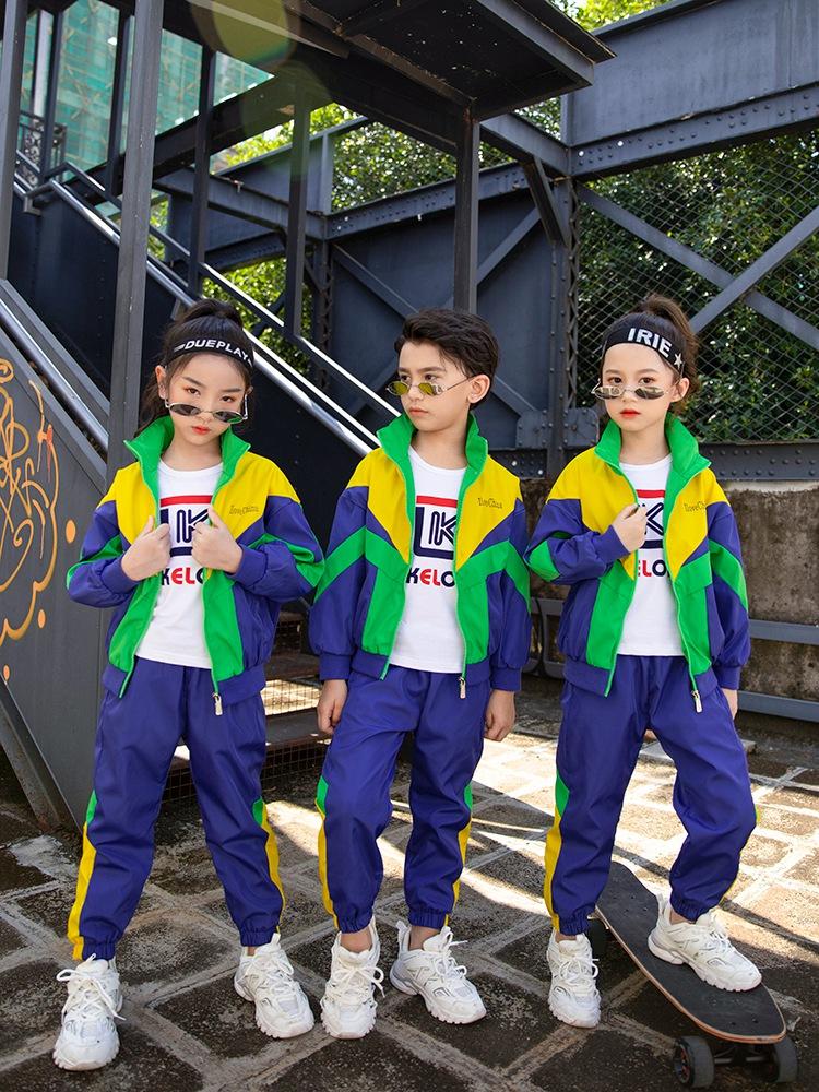 园服的统一着装反映了幼儿园的风格和特点