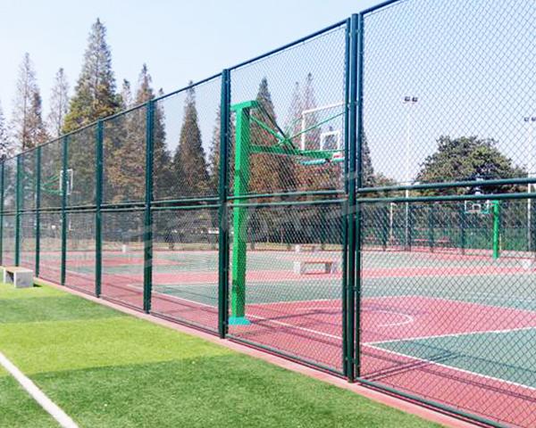 昆明球场围栏网厂家如何给篮球场围栏网翻新?