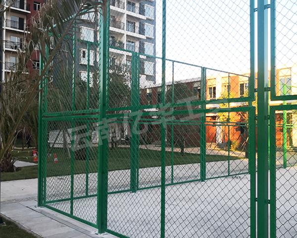 昆明围栏网厂家教你如何辨别体育场围栏网的材质与特点?