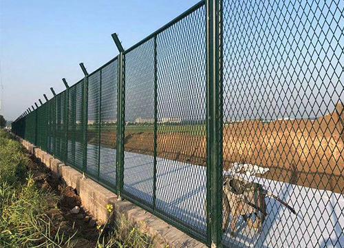 昆明公路护栏网厂家教你如何选购优 质的绿色框架公路护栏网
