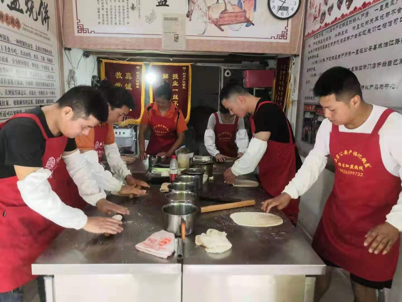 严记锅盔培训中心对学员负责实体店教学