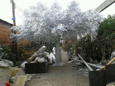 白色仿真榕树