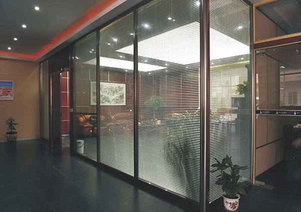 办公室屏风隔断效果分享如下 选择办公室屏风隔断没有错
