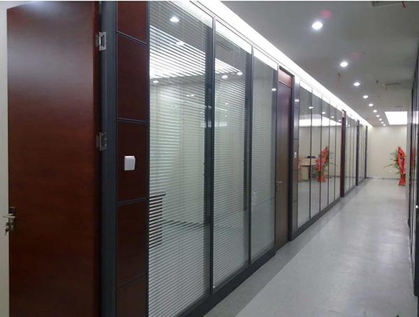 双层办公室玻璃隔断在使用中具备哪些优势?双层办公室隔断优势详解