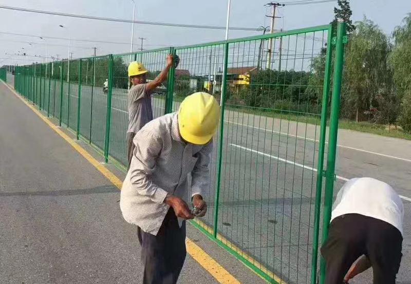 公路隔離圍欄施工