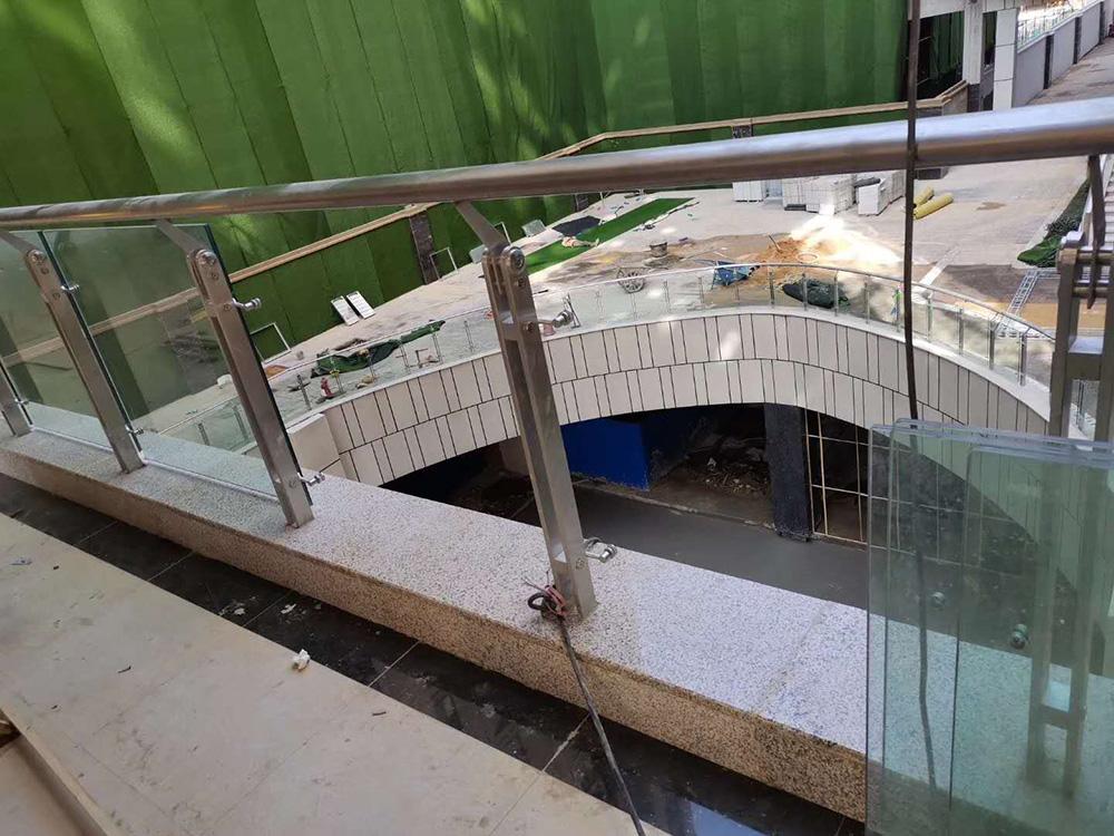 玉溪万达广场护栏玻璃施工案例