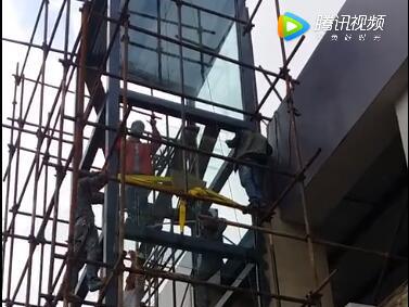 南窑珠宝广场观光电梯钢化玻璃施工(1)