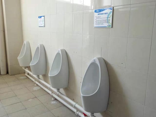 校园公厕更换免水型小便器