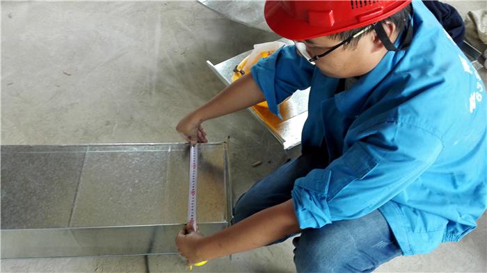 技术人员现场专业检测铁皮宽度