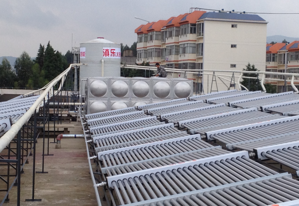 聚鑫園酒店真空管太陽能結合熱泵熱水工程安裝案例