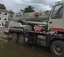 老挝50T吊车停放于施工地
