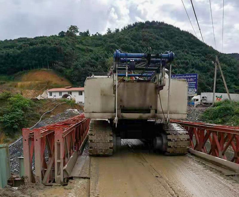 老挝25吨履带式吊车出租案例