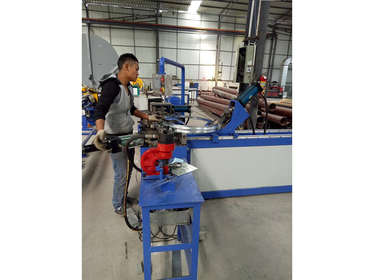 铝板螺旋风管-现场加工5