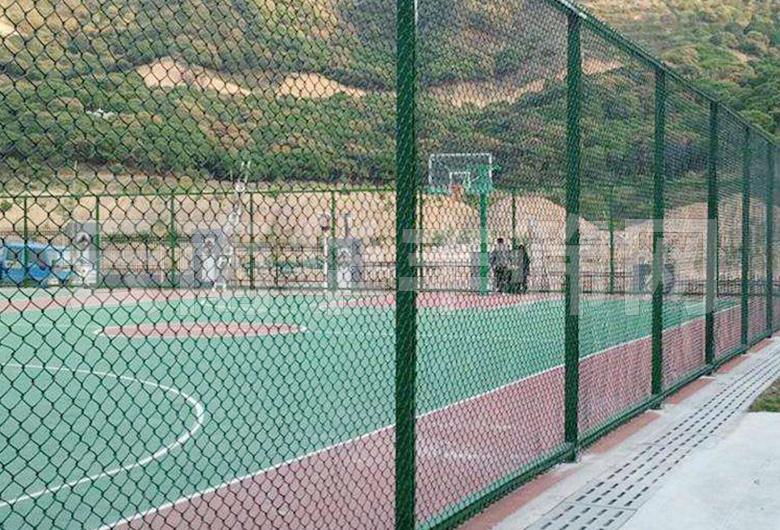 蒙自球场护栏网是这样安装的