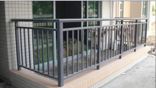 小区阳台护栏用什么材质好?锌钢护栏网怎么样?