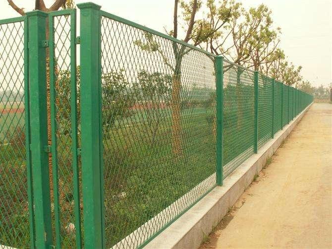 云南道路护栏网生产厂家分析为何道路护栏网要做好涂层工艺处理