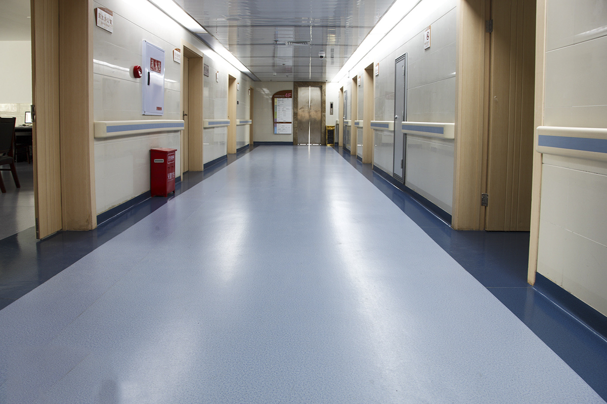 铺装塑胶地板用什么胶水?听听云南塑胶地板厂家的建议