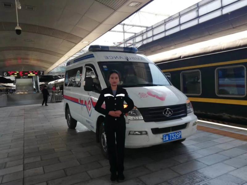 高铁站火车安全护送病人至医院
