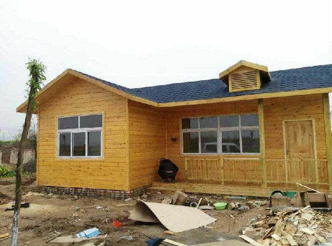 浅黄色的防腐木木屋