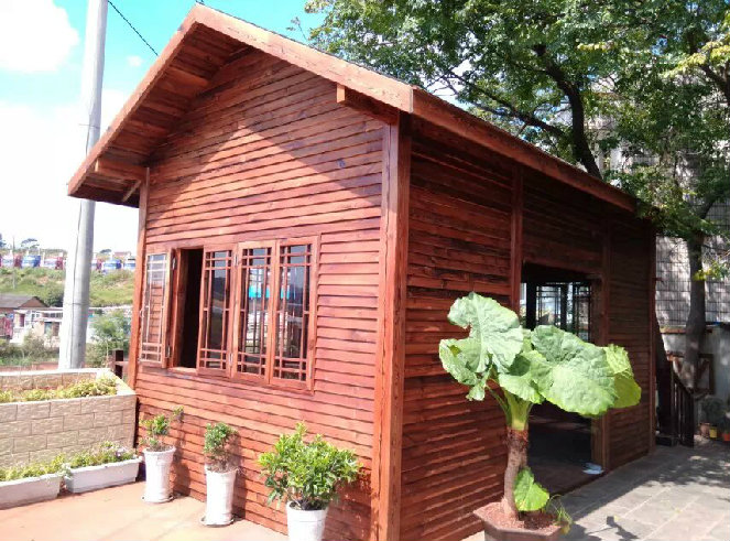 朱红色防腐木木屋