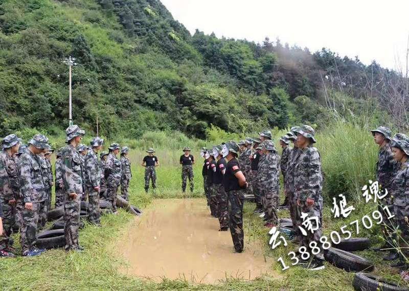 军事拓展活动培养大学生们积极进取的人生态度