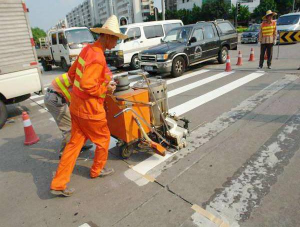 北京路火车站段热熔道路划线施工