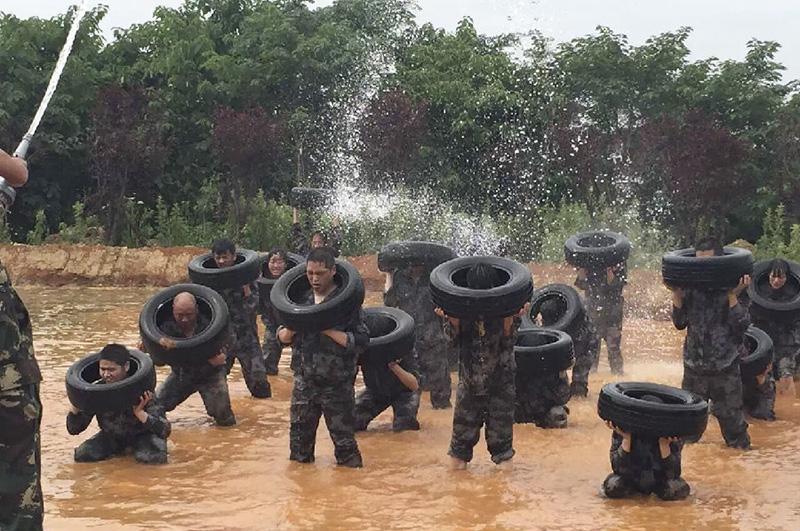 魔鬼训练项目-水中举轮胎