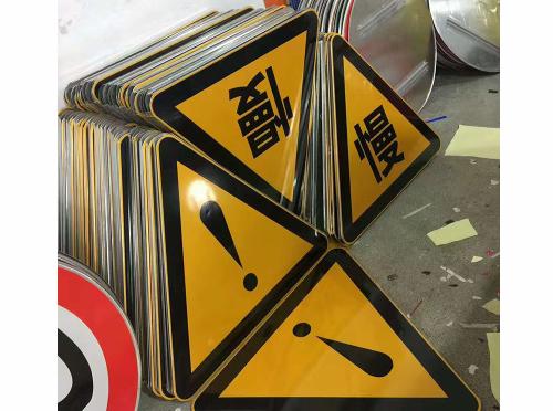 想要买到质量过关的交通路面标识标牌只需按照下文这几点来看