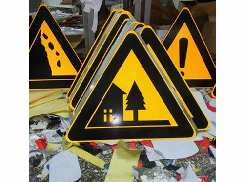 常见的云南景区道路指示牌安装…