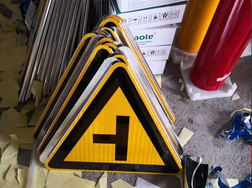 交通警告标志牌