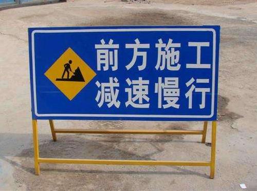 为什么公路上的昆明交通标识牌在晚上也可以看得清清楚楚