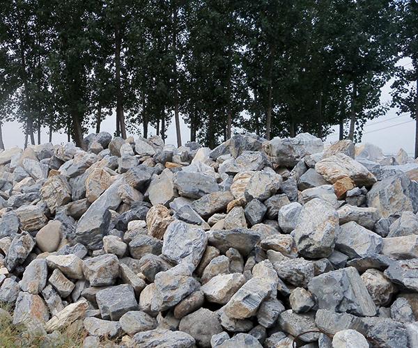 所谓毛石是指自然开采出来,未经精加工,又称粗毛石、乱毛石等,两面为平行的毛石称为平毛石,毛石主要用于