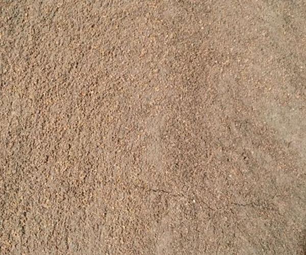 粉墙沙是一种用于墙面铺平粘贴瓷砖的材料,使用时将粉墙沙和水泥按比例调兑,一般比例为1:2.5,千秋砂