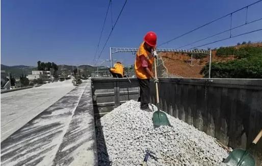 2020年4月10日700吨沙石紧急通过'铁路+公路'送到昆明各大工地