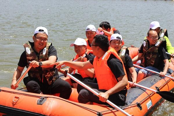 拓展培训大型赛艇水上团建