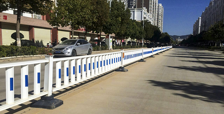 為什么說市政道路護欄采用鋅鋼材料更安全