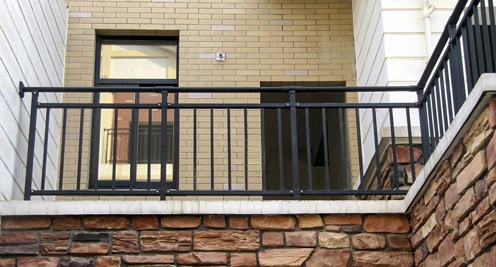 成品锌钢阳台护栏如何采取防护措施?