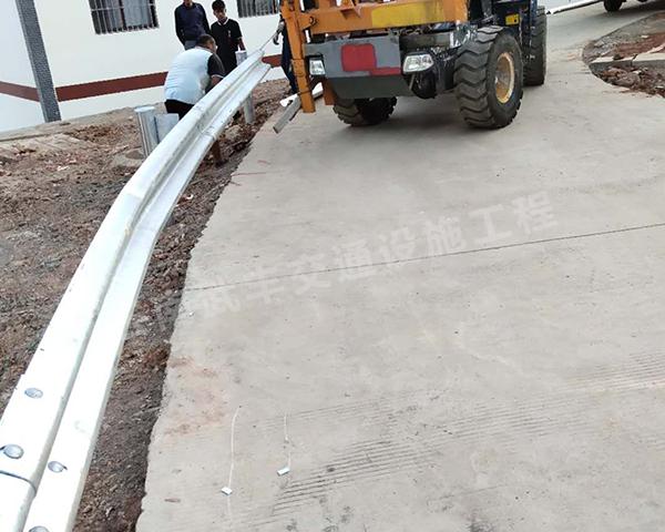 烏東德水電站移民點內部道路護欄案例工程施工