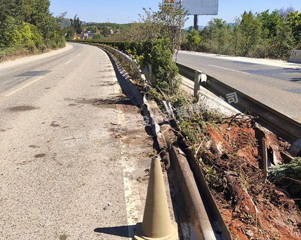 建水公路波形防护栏安装