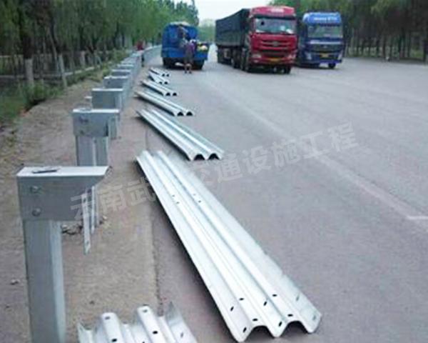 高速波形護欄施工