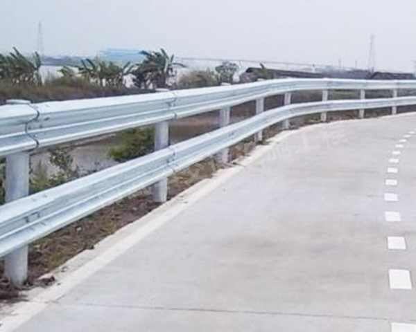 高速路护栏工程施工完后展示