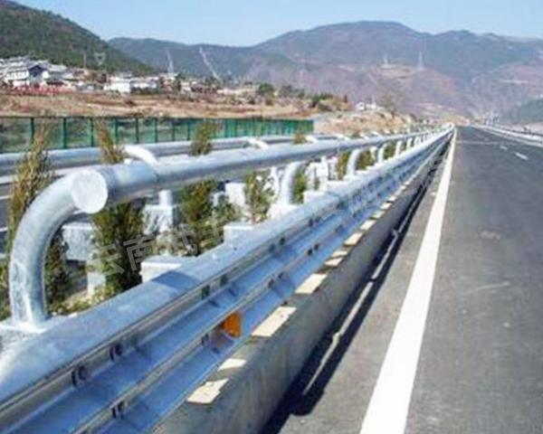 怒江波形护栏厂家讲讲热镀锌护栏与喷塑护栏有什么区别?