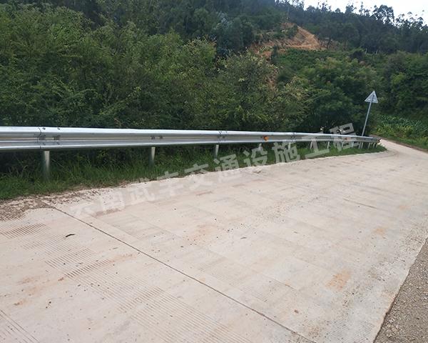 昆明公路波形護欄安裝波形護欄時的方法