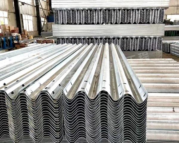 普洱波形護欄安裝隊發現熱鍍鋅能夠增加護欄板的使用年限