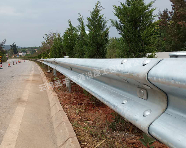 昆明波形護欄廠家說些不知道的高速公路上形式多樣的波形護欄及主要性能