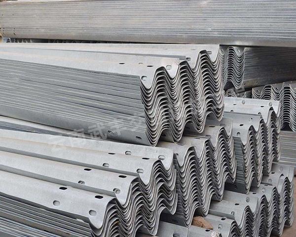 波形護欄熱浸鍍鋅和熱浸鍍鋁在實際安裝時有哪些不同?