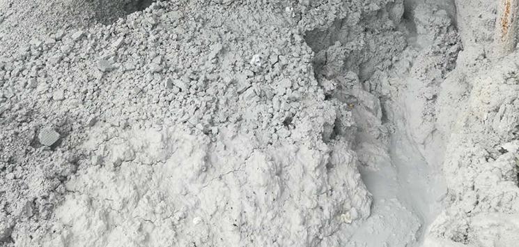 电石渣,电石水解获取乙炔气后的以氢氧化钙为主要成分的废渣。乙炔(C2H2)是基本有机合成工业的重要原料之一,以电石(CaC2)为原料,加水(湿法)生产乙炔的工艺简单成熟,目前在我国占较大比重。