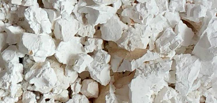 石灰是一种以氧化钙为主要成分的气硬性无机胶凝材料。石灰是用石灰石、白云石、白垩、贝壳等碳酸钙含量高的产物,经900~1100℃煅烧而成。石灰是人类最早应用的胶凝材料。石灰在土木工程中应用范围很广,在我国还可用在医药方面。