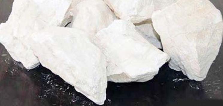 石灰熟化时放出大量的热,体积增大1.5--2倍。煅烧良好、氧化钙含量高的石灰熟化较快,放热量和体积增大也较多。工地上熟化石灰常用两种方法:消石灰浆法和消石灰粉法。