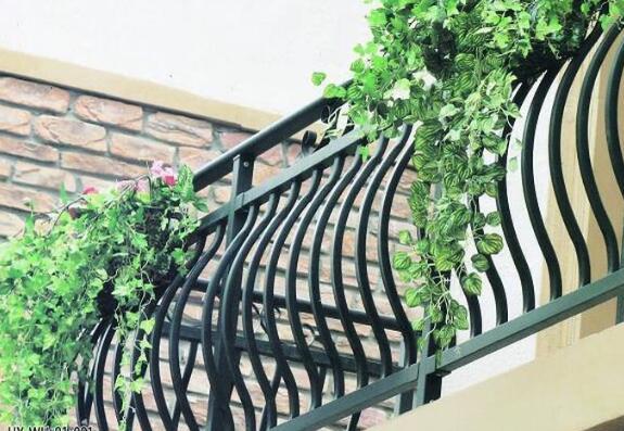 论铁艺护栏的在阳台上的应用